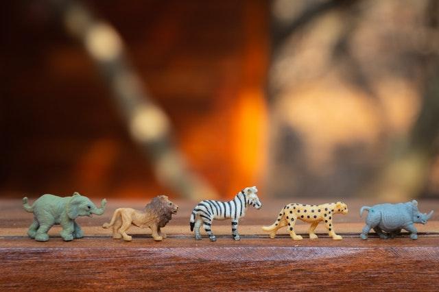 animales de plástico en fila